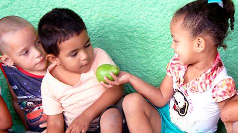 Crianças felizes, mostrando a mão depois da platanção na escola