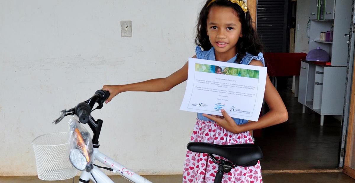 Criança recebe bike