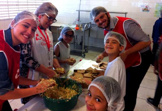 voluntários e crianças J&J