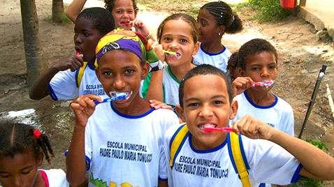 Crianças plantando na escola