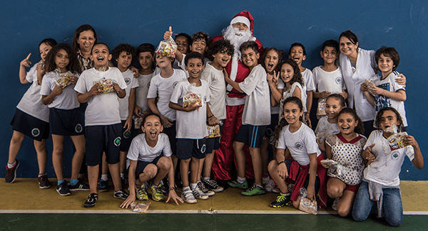 O diretor da Gmills, Carlos Lozio, fez a alegria das crianças vestido de Papai Noel, distribuindo kits com gostosuras.