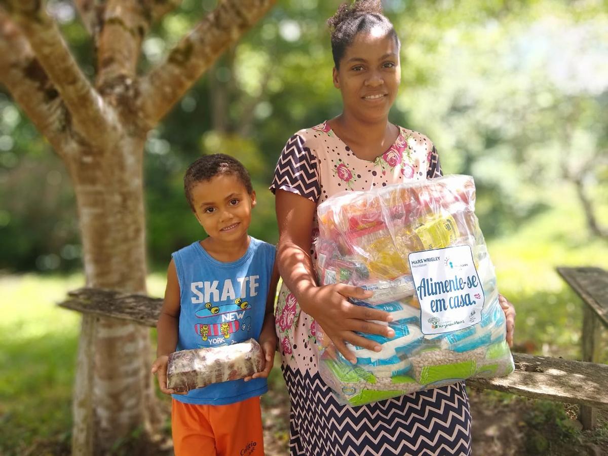 Desde o início da pandemia, o Instituto distribuiu 10 mil cestas básicas com alimentos e material de higiene para famílias em situação de vulnerabilidade.